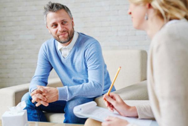 Грустный мужчина общается с психиатром