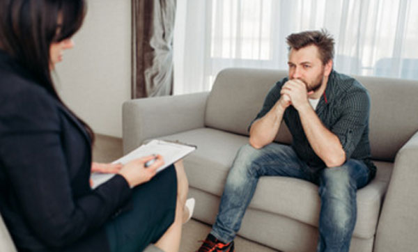 Общение расстроенного мужчины с психотерапевтом