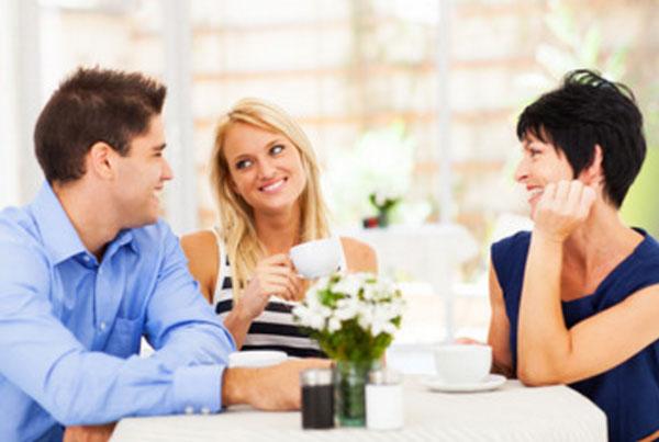 Девушка мило общается с парнем и его мамой