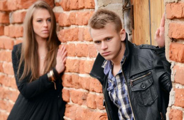 Девушка поглядывает на парня