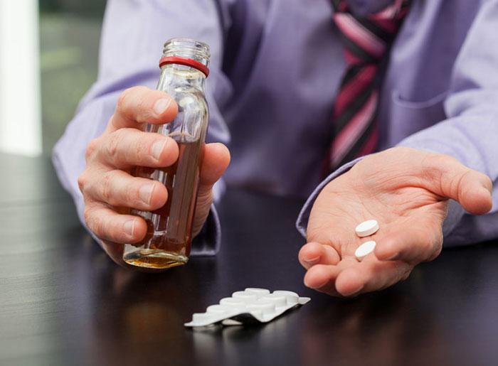 Употреблять алкоголь во время терапии Пикаминолом врачи не рекомендуют