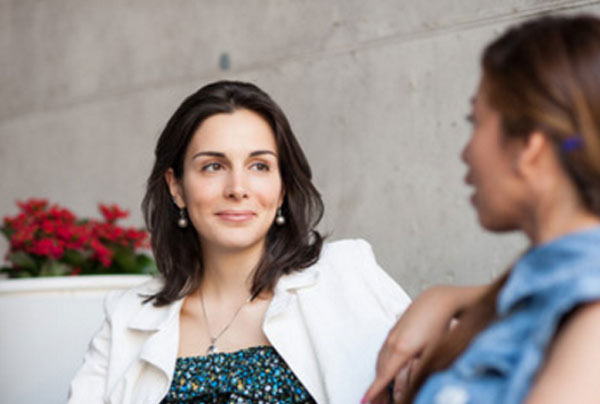 Две девушки общаются. Одна говорит, другая - внимательно слушает