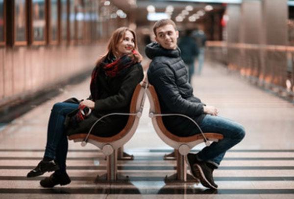 Знакомство парня с девушкой на станции метро