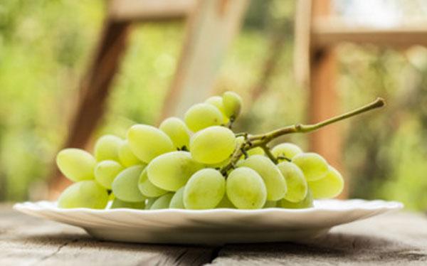 Гроздь винограда на тарелке