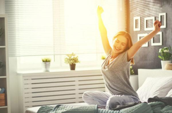 Счастливая женщина проснулась и подтягивается