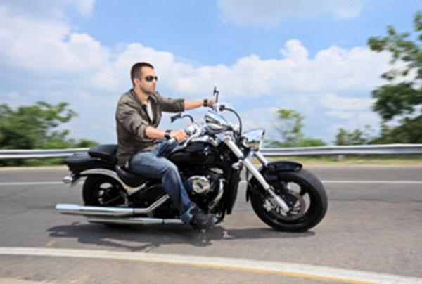 Мужчина едет на мотоцикле