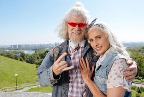 Пенсионеры в молодежной одежде