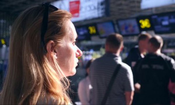 Девушка стоит в аэропорту