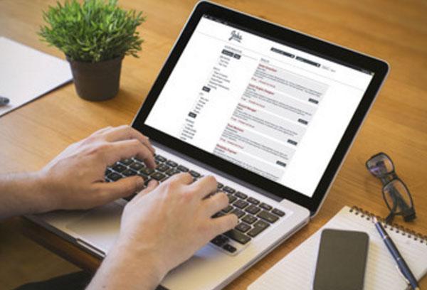 Мужчина ищет информацию в ноутбуке