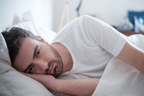 Мужчина лежит в постели. У него полная апатия и депрессия