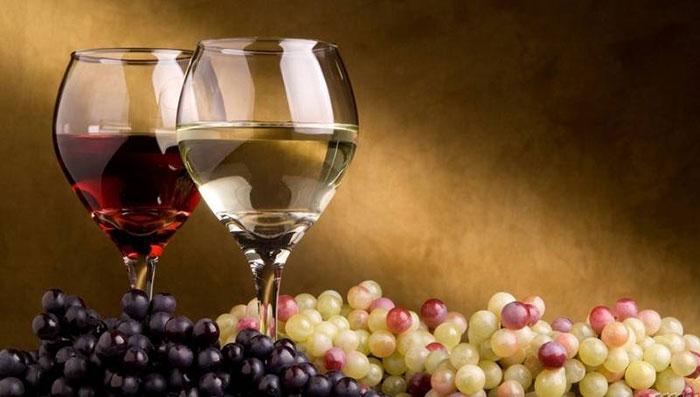 Наиболее полезным принято считать сухое вино, изготовленное без добавления спирта