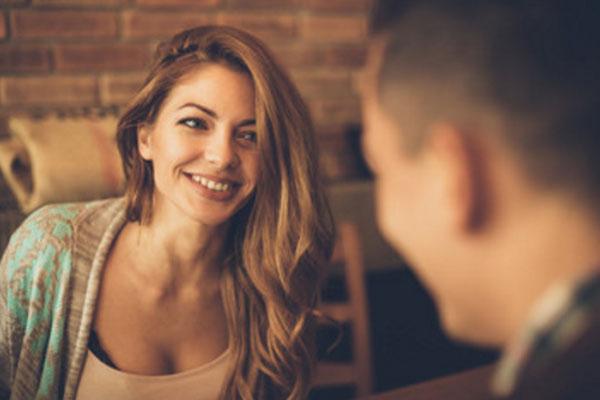 Девушка влюбленными глазами смотрит на мужчину, который сидит напротив