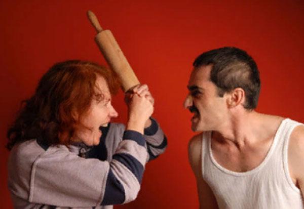 Женщина со скалкой кидается на агрессивного мужчину