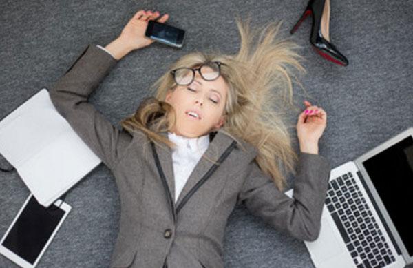 Женщина лежит на полу без сознания, рядом ноутбук, телефон, бумаги