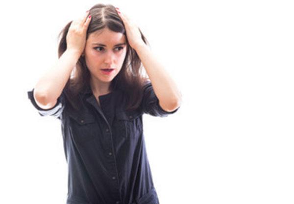 Женина со страхом и растерянностью держится за голову