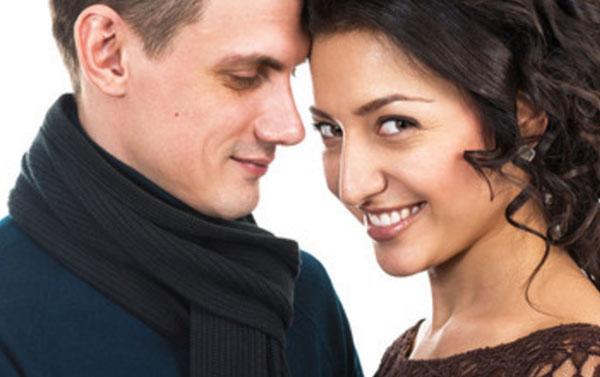 Мужчина влюбленным взглядом смотрит на женщину, которая улыбается