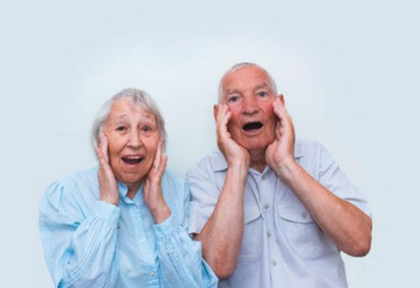 Пожилой мужчина и женщина кричат что-то