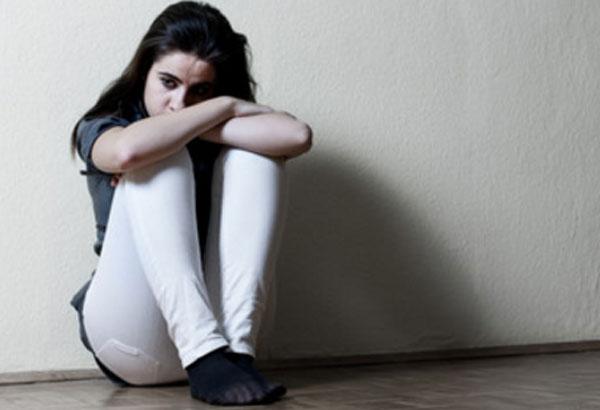 Девочка сидит на полу. Она в расстроенных чувствах