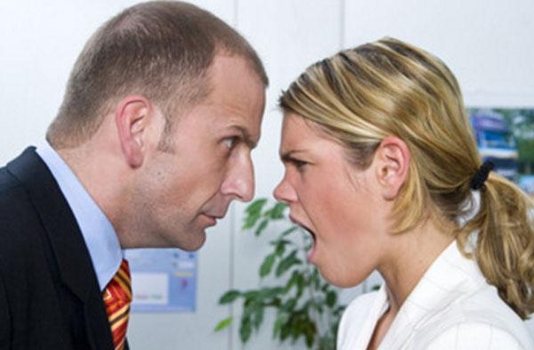 Женщина кричит на мужчину в костюме