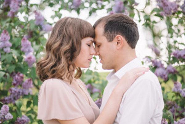 Девушка с парнем стоят лицом друг к другу, прижимаются лбами