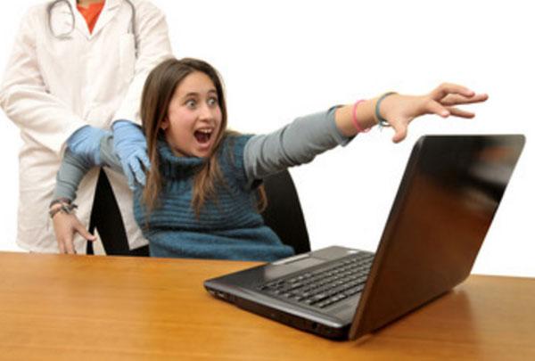 Доктор пытается оттянуть девушку от ноутбука, она сопротивляется