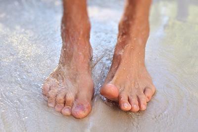 Стопы ног в воде