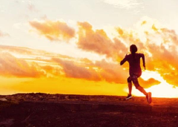 Мужчина занимается пробежкой