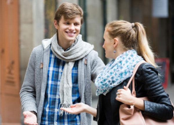 Девушка общается с парнем на улице