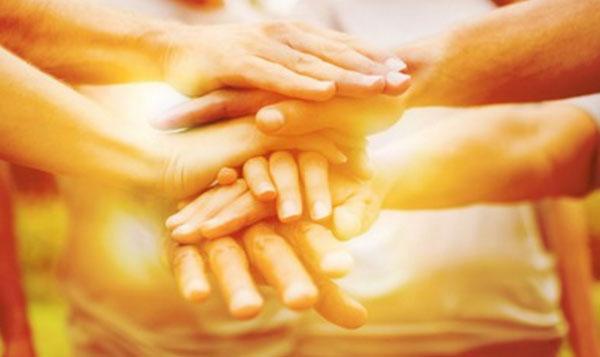 Несколько людей объединили свои руки - взаимопощь