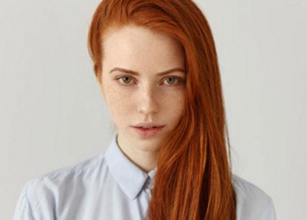 Серьезная девушка с рыжими волосами