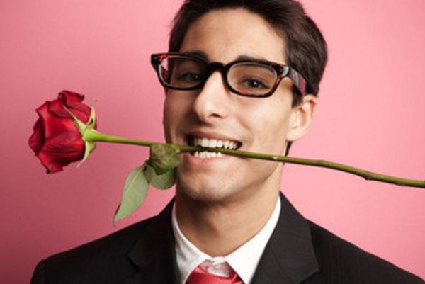 Парень в очках с розой в зубах
