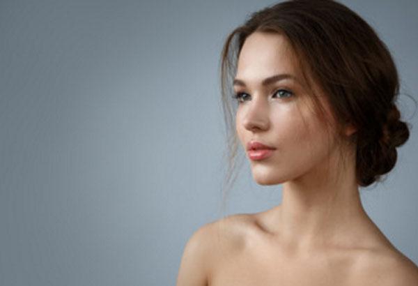 Красивая девушка без прически и макияжа