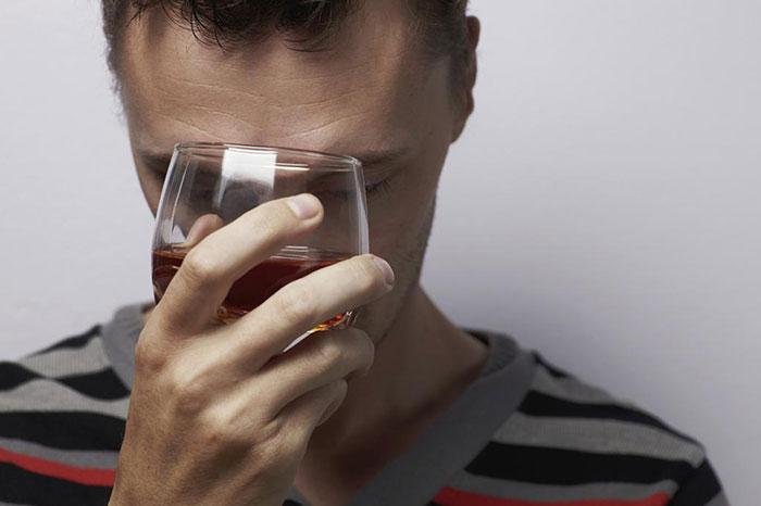 Врачи не рекомендуют совмещать приём Тиосульфата натрия с алкоголем