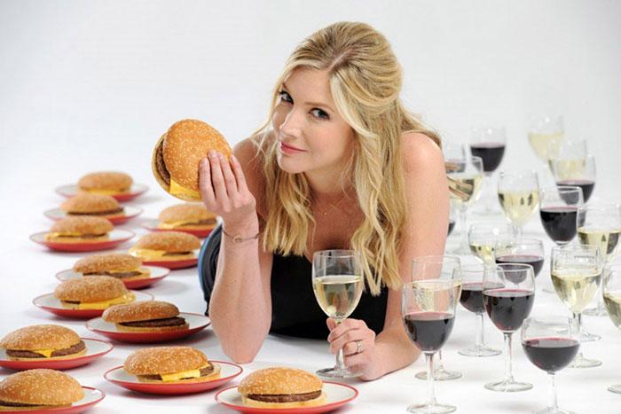 При запое рекомендуется контролировать, чтобы пьющий хорошо закусывал выпитое спиртное