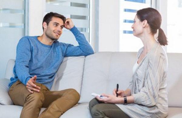 Мужчина общается с психотерапевтом