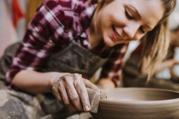 Девушка занята гончарством