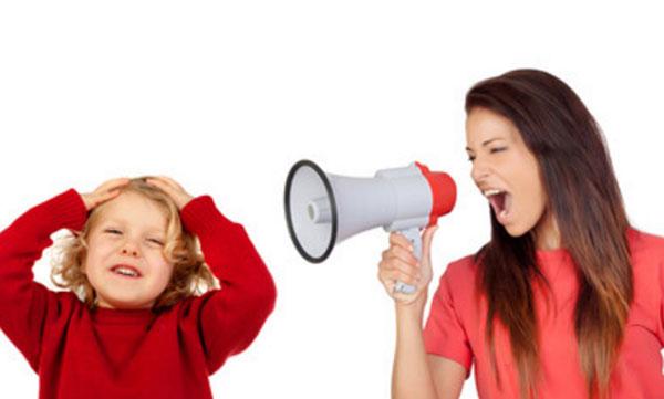 Мама в рупор кричит на ребенка