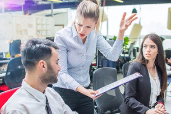 Женщина грубо обращается, кричит на коллег