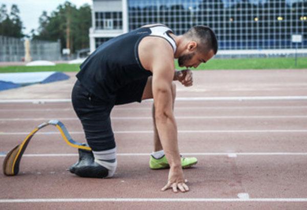 Мужчина без одной ноги собирается бежать