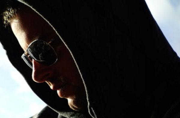 мужчина в капюшоне и в темных очках