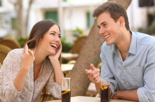 Парень с девушкой мило беседуют