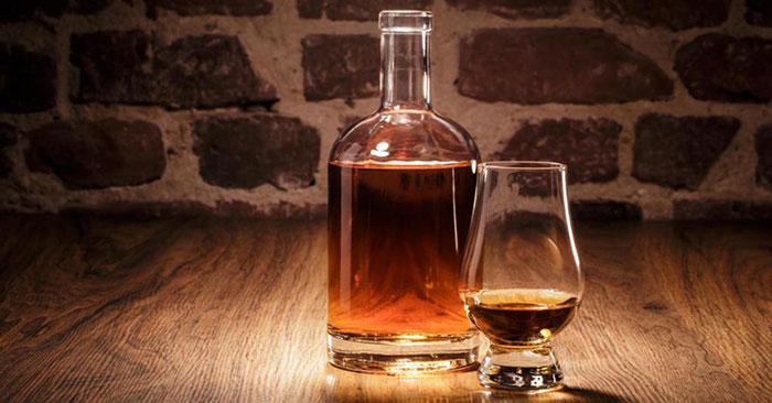 Виски является крепким спиртным напитком выдержанным в бочках