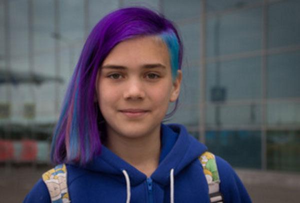 Девочка с фиолетовыми и голубыми локонами