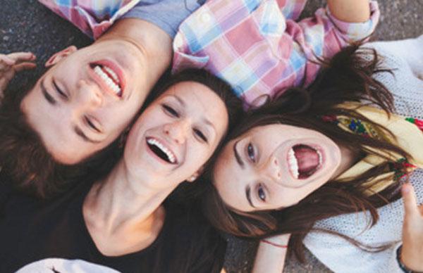 Друзья веселятся, две девушки и парень