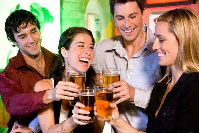 Легкая степень опьянения проявляется хорошим настроением и раскрепощённостью