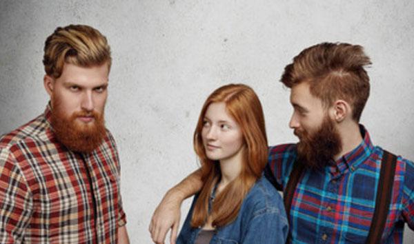 Девушка стоит с парнем, рядом другой расстроенный парень