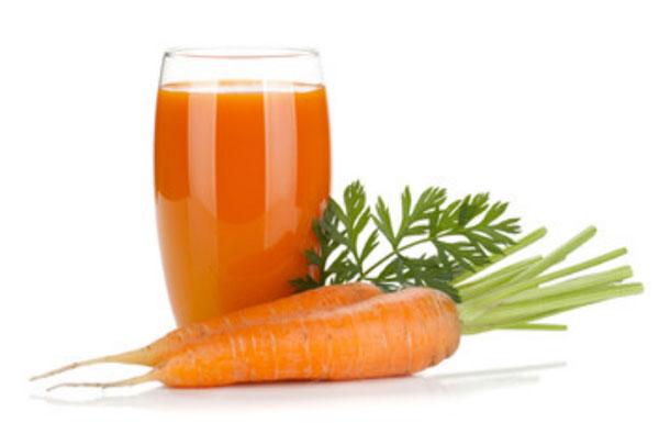 Стакан морковного сока и две моркови