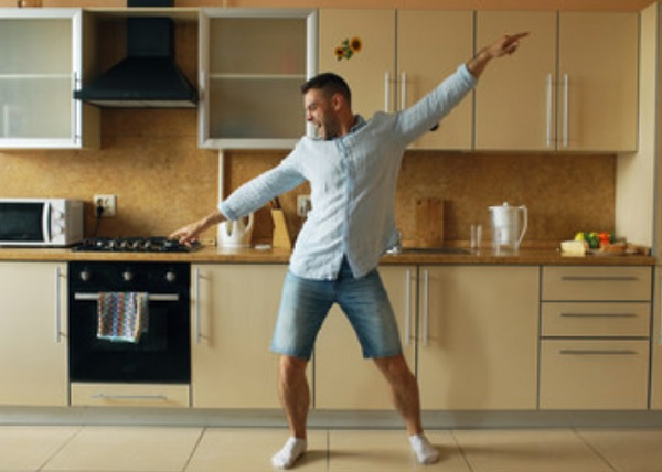 Мужчина танцует от счастья