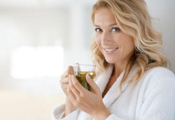 Улыбающаяся женщина с чашкой чая
