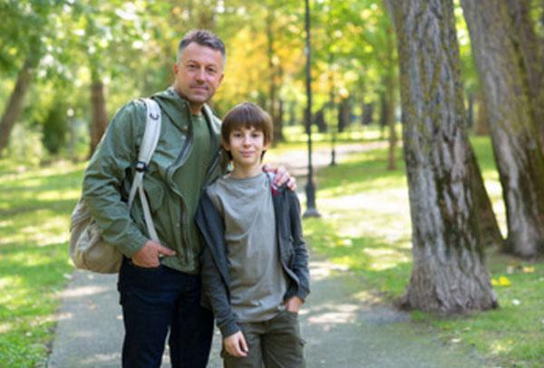 Мальчик с папой в парке